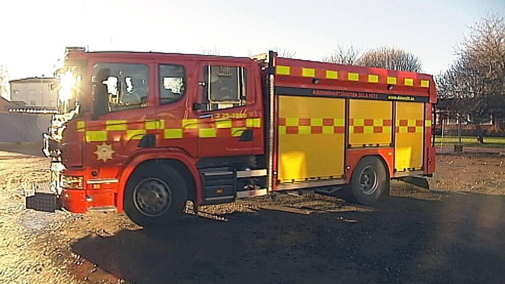 Takbrand ungdomar hjalpa brandbil