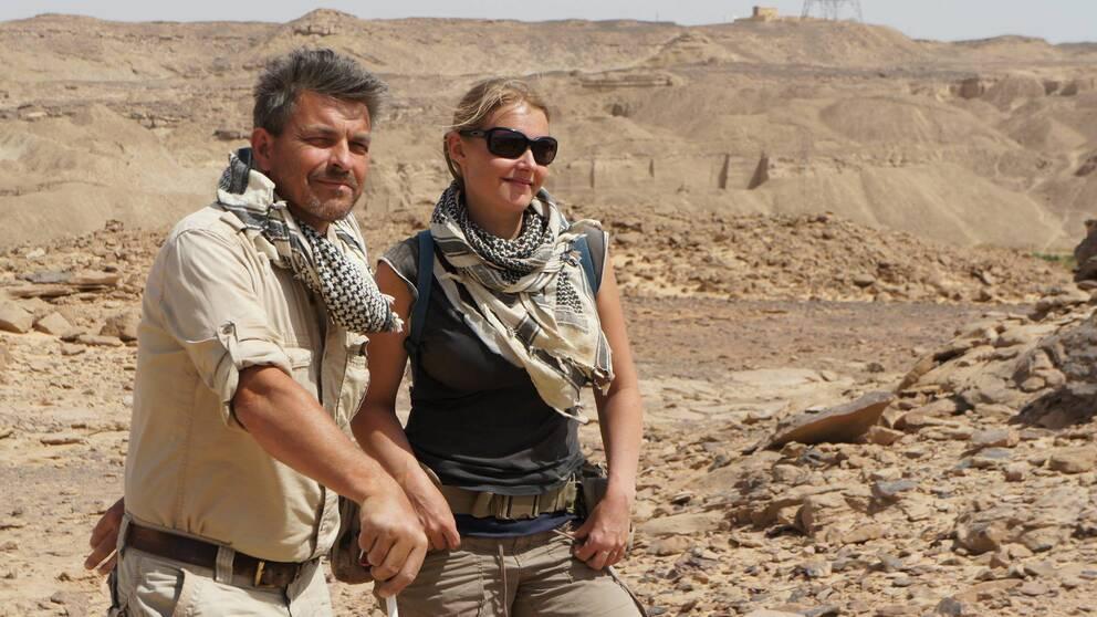 Maria Nilsson leder en internationell forskargrupp i sydöstra Egypten. På bilden syns även hennes sambo John Ward som var en av de som fann det antika templet.