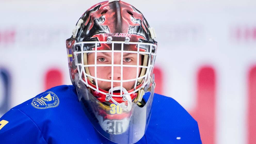Sveriges målvakt Jesper Wallstedt värmer upp inför torsdagens kvartsfinal mellan Sverige och Tjeckien i U18-VM i Fjällräven Center.