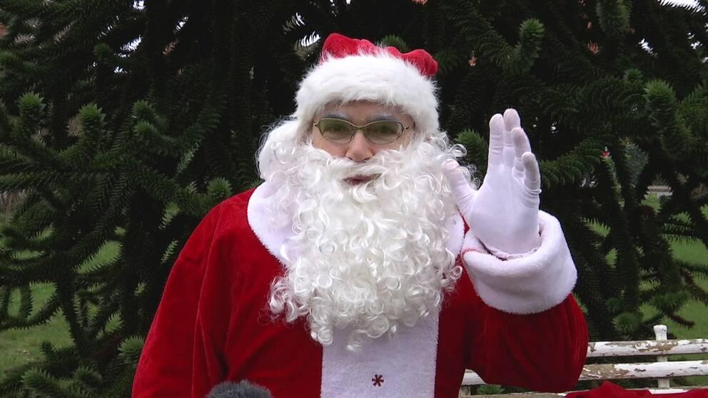 Tomten Gregogy vinkar in i kameran och önskar god jul.