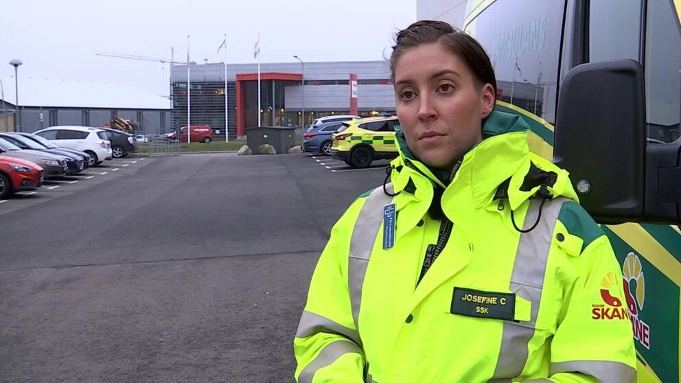 Sjuksköterskan Josefine Carlström framför en ambulans i Lockarp.