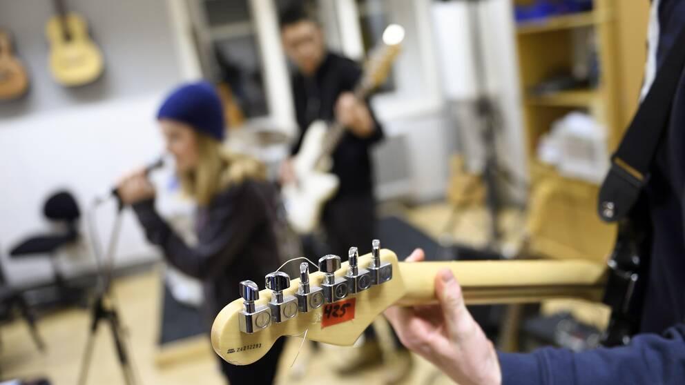 Elever spelar gitarr och sjunger.