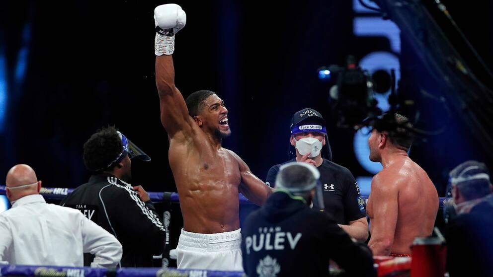 Anthony Joshua sträcker näven i luften efter segern mot Kubrat Pulev.