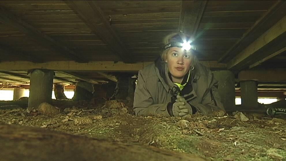 Arkeologistudenten Alexandra Jassinskaja letar kvarglömda saker under militärbasen.