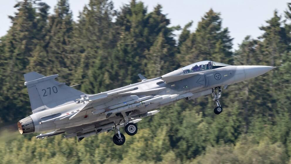 Efter att satsningen är genomförd kommer den svenska försvarsbudgeten motsvara 1,4–1,5 procent av bruttonationalprodukten (BNP). Bilden visar ett JAS 39C Gripen med full beväpning under en flyguppvisning på F17 i Kallinge 2019