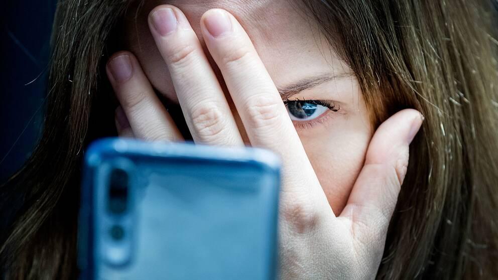 FOI-rapporten visar: Trakasserier mot kvinnor är ofta sexuella medan hatet mot män oftare utgår från deras yrke.
