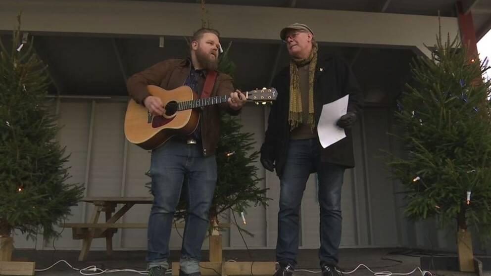 Vissångaren Göran Samuelsson och låtskrivaren Christian Ericsson ställer upp ideellt till förmån för hemlösa i Arvika.