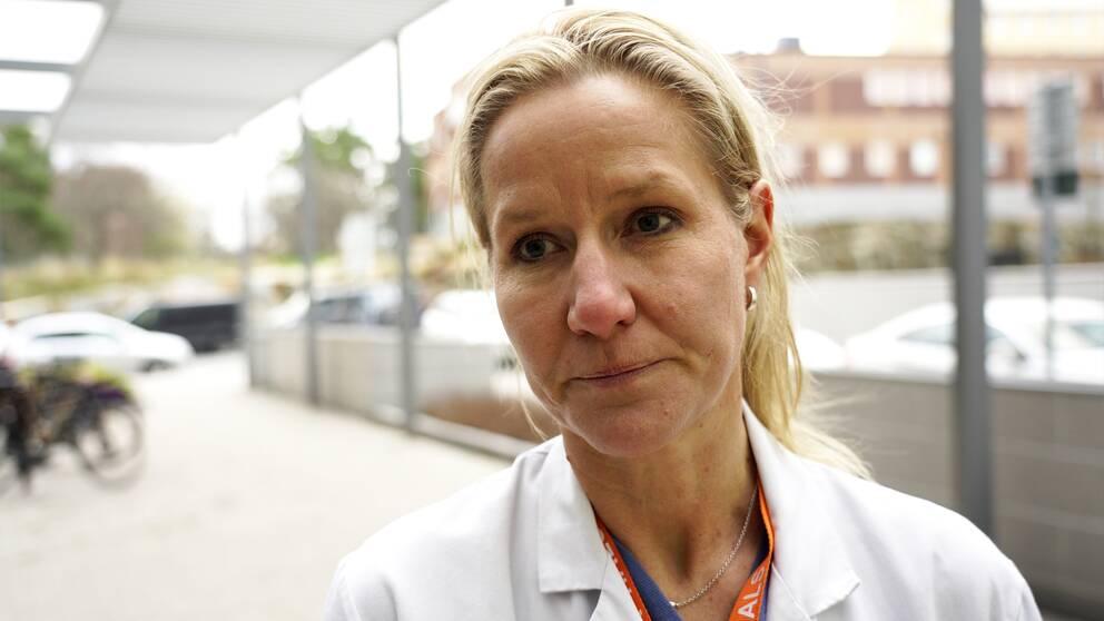 Läkaren Malin Wendt intervjuas utanför Karolinska sjukhuset i Stockholm.