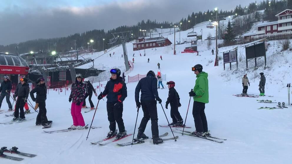 Bild på skidåkare i Åre vid liften.