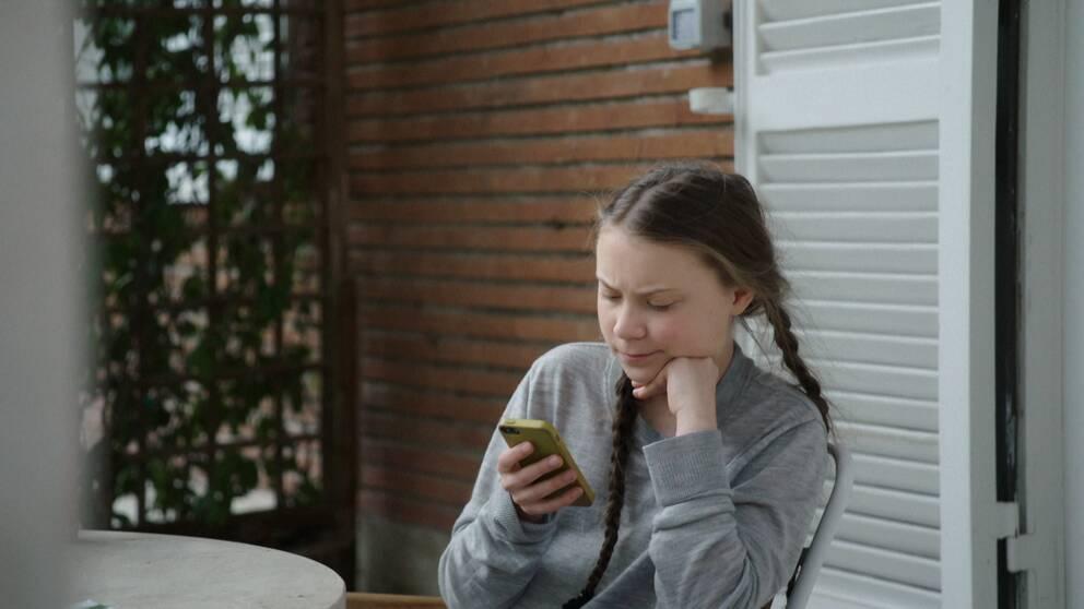 Greta Thunberg med sin mobil.