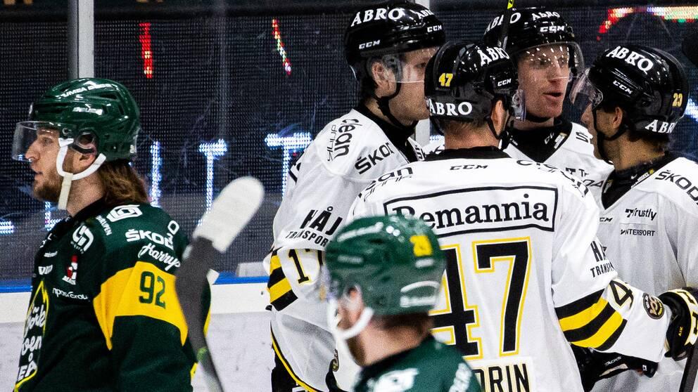AIK:s spelare jublar med Filip Windlert efter 0-1 under ishockeymatchen i Hockeyallsvenskan mellan Björklöven och AIK den 18 december 2020 i Umeå.