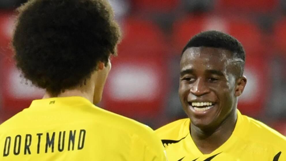 Youssoufa Moukoko (till höger) blev tidernas yngste målskytt i Bundesliga.