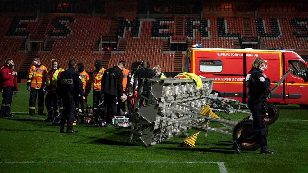 Medicinsk personal och brandmän försöker hjälpa mannen inne på planen.