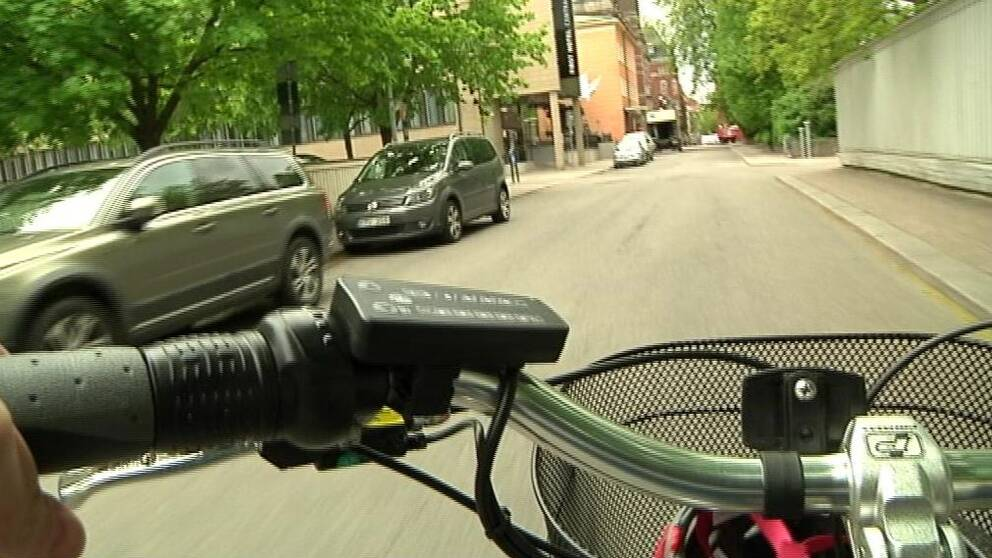 Person cyklar på en el-cykel