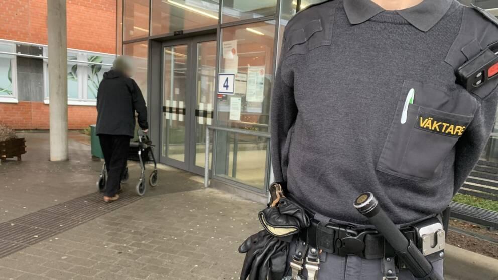 En väktare utanför sjukhusentrén i Halmstad.