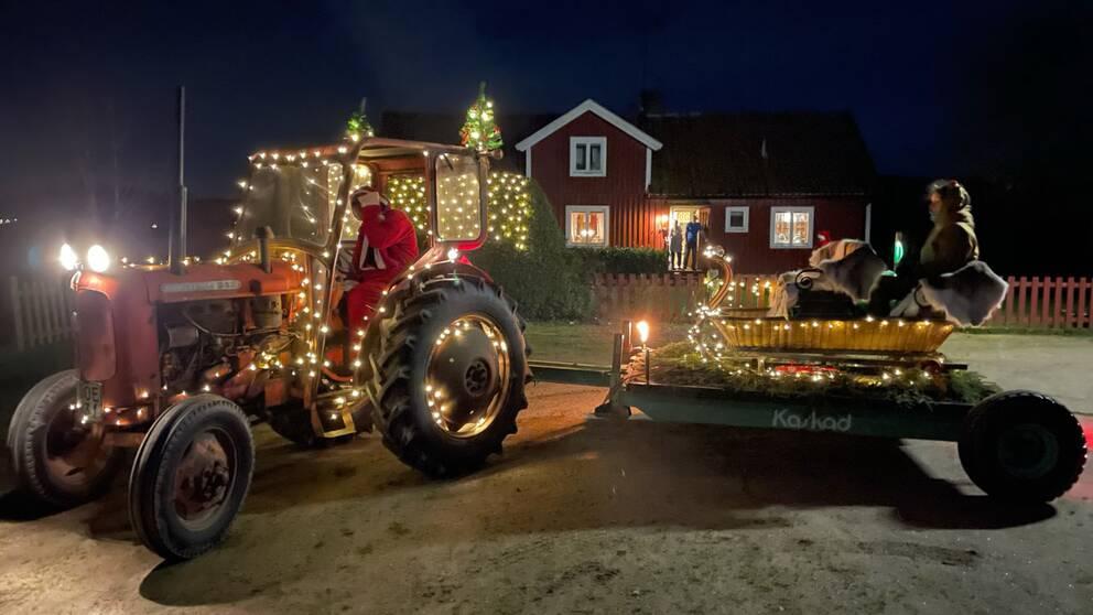 Den här tomten kom körande i traktor med släp till Näsum på julafton.