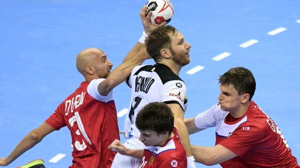 Ryssland, i rött, får spela handbolls-VM i januari.