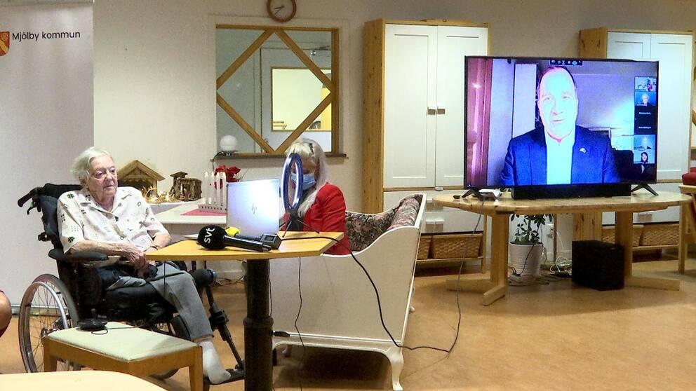 Gun-Britt Johnsson pratar via dataskärm med statsminister Löfven