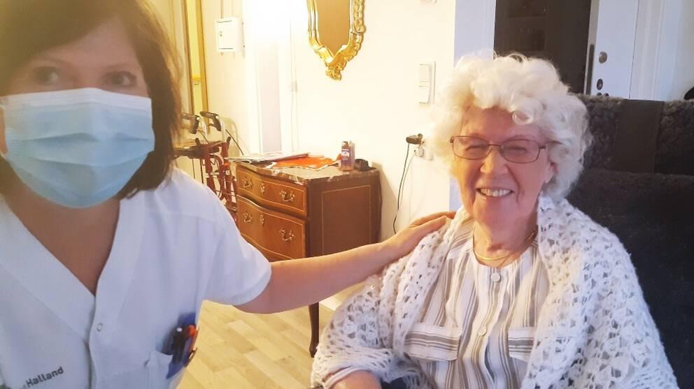 En sjuksköterska och en vårdtagare på ett äldreboende efter att vaccin getts.