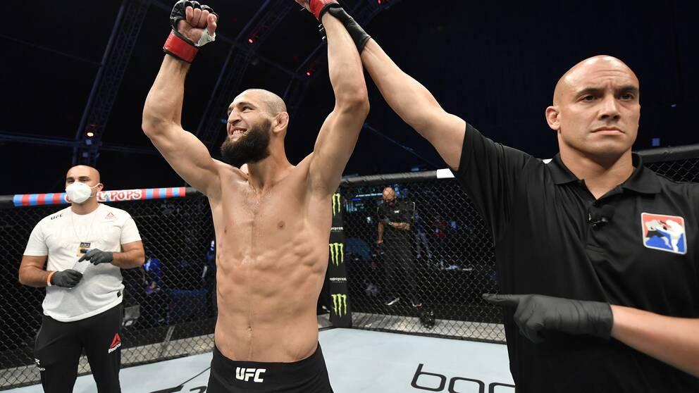 Khamzat Chimaev jublar efter en av sina UFC-segrar.