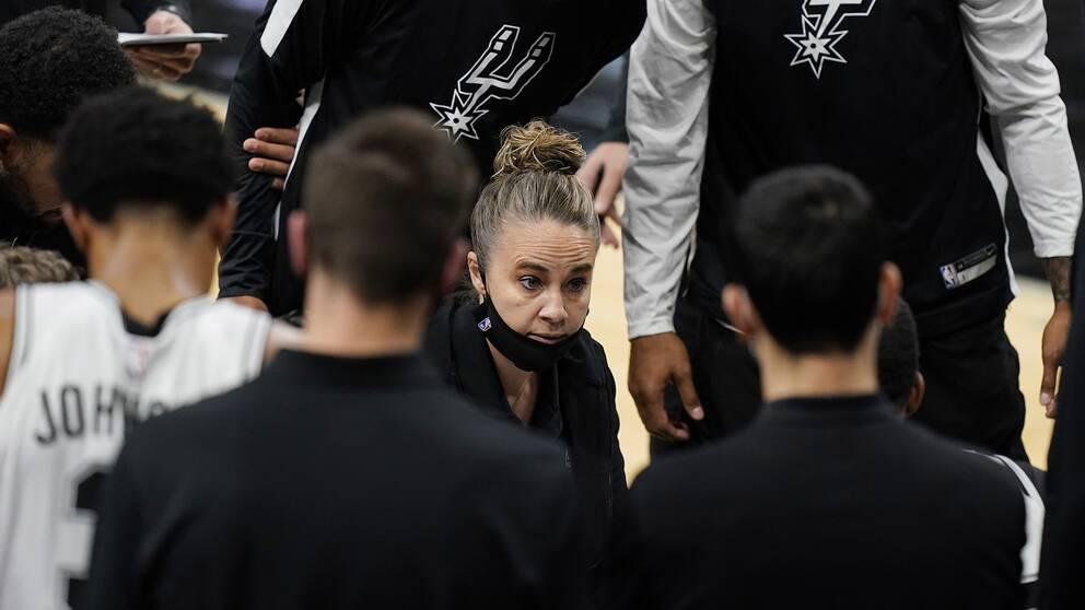 Becky Hammon, assisterande tränare i San Antonio Spurs, hoppade in som huvudtränare i natt och blev då historisk.