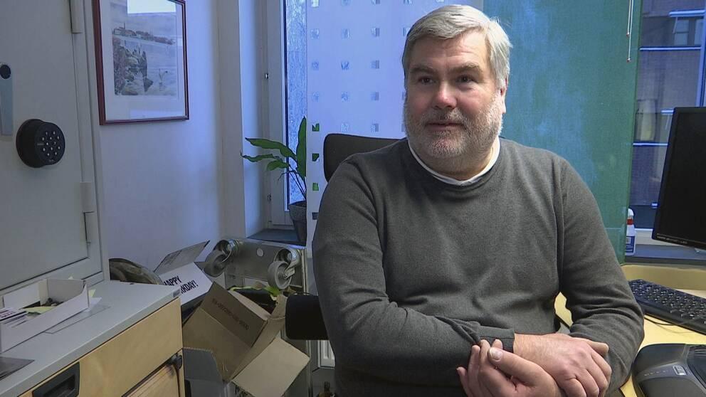 Enhetschef Ulf Bäckström vid Luleå kommun vid sitt skrivbord, skriver på dator.