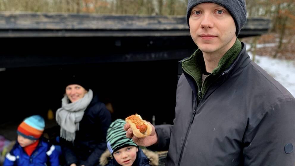 Herman Broberg med en varmkorv i handen