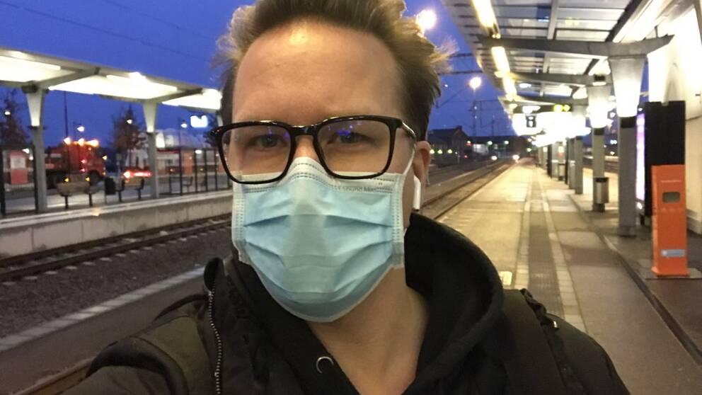 SVT Nyheter Blekinges reporter Henrik Friberg på stationen i Ronneby.