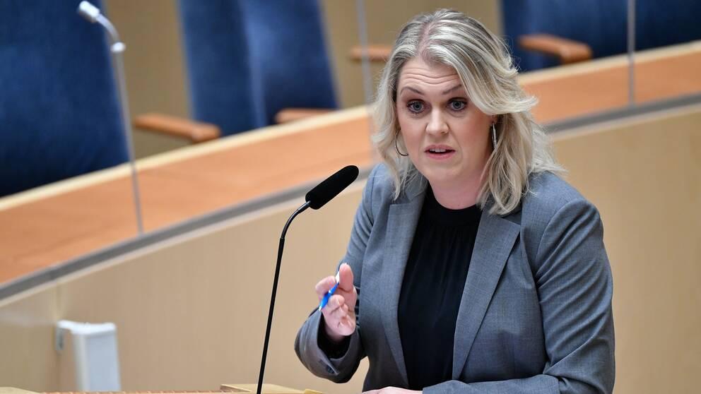 Socialminister Lena Hallengren (S) talar i debatten om den tillfälliga pandemilagen i riksdagen.