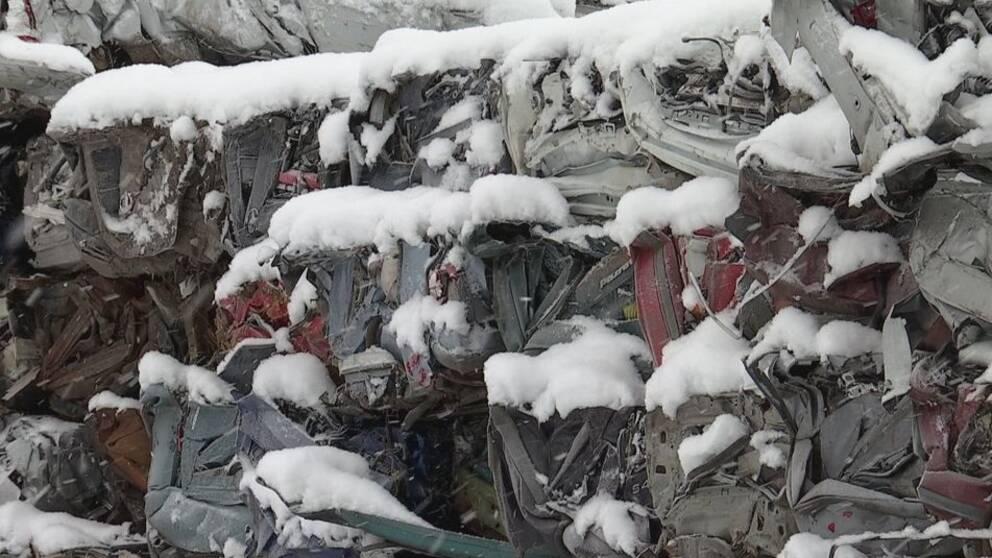 krossade bilar uppradade påhög, snö på