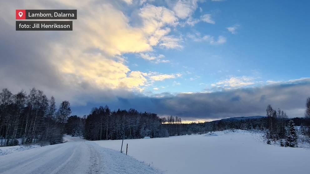 Gränslandet mellan klarblå himmel och molnområde över åkrar i Lamborn, Dalarna den 10 januari.