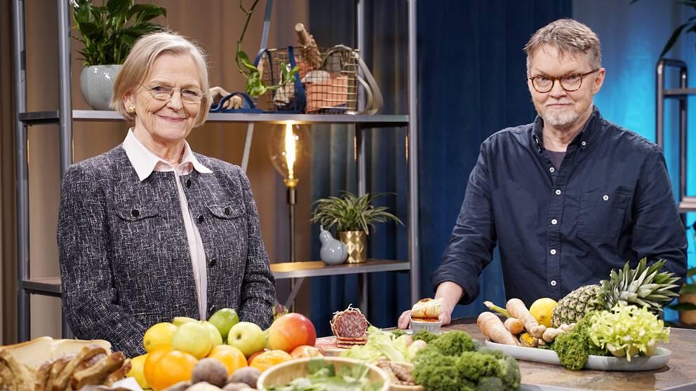 Kerstin Brismar, läkare och professor i diabetesforskning, och Henrik Ennart, vetenskapsjournalist, i Fråga doktorn hälsas studio.