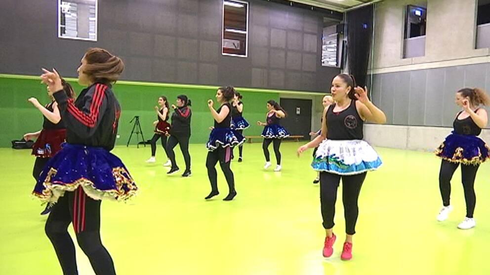 Bolivianska dansgruppen Tunari tränar inför karnevalståget i Angereds arena.