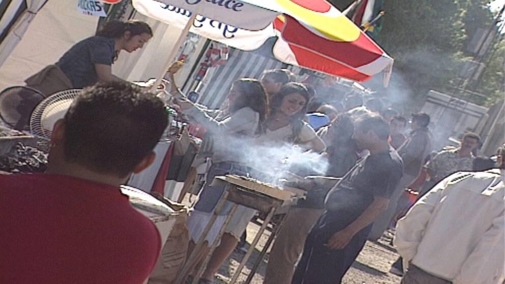 Besökarna kan smaka mat från världens alla hörn på Hammarkullekarnevalen.
