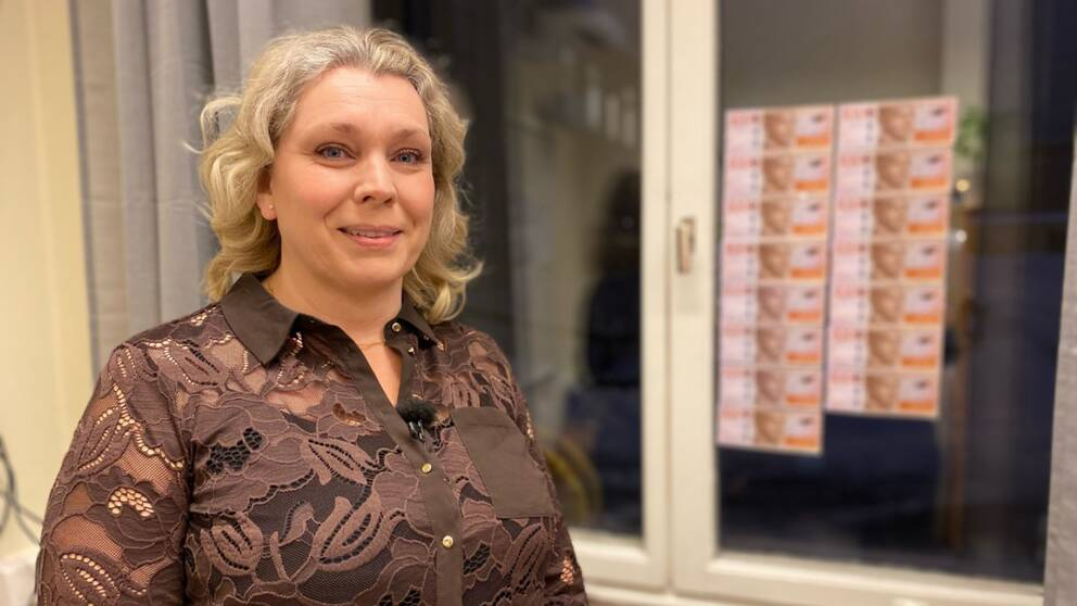 Rektor Karin Norman står framför fönstret med sedlar uppsatta.