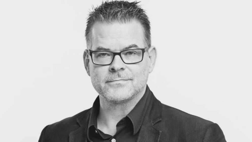 En svartvit studiobild på Mikael Segolsson.