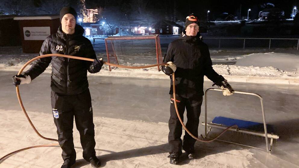 Jesper Öhrlund och Pär Johansson spolar isen vid Söderala IP.