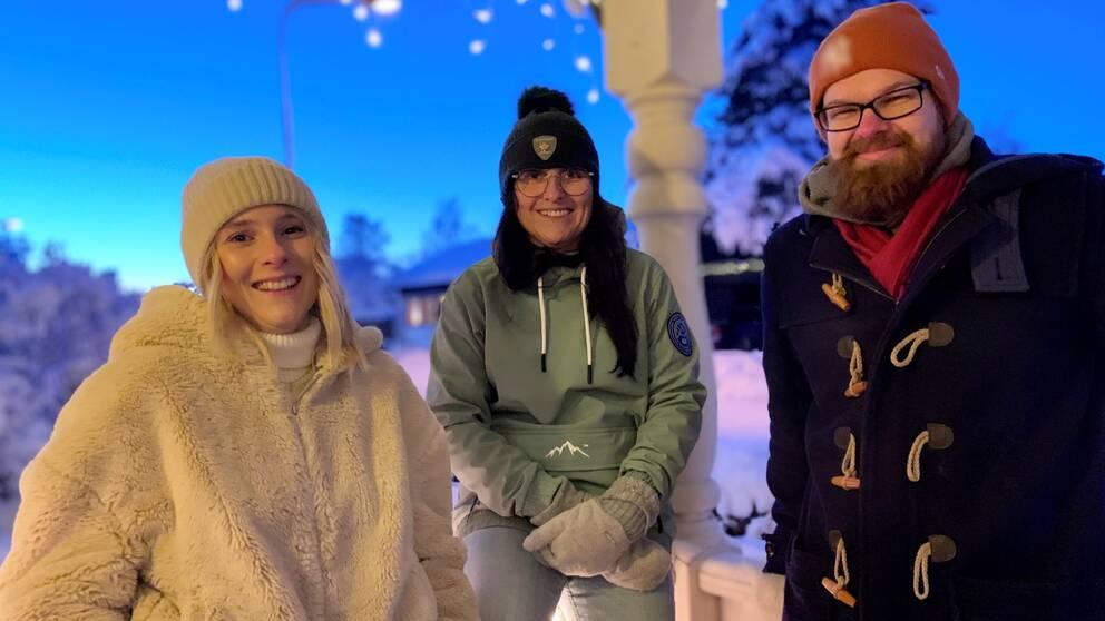 Tre personer poserar för ett foto.