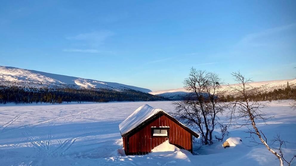 14.30 på fredagen vid Grövelsjön, Dalarna. -14 och kalla vindar. Det är fantastiskt vackert. Det blir en kortare skidtur idag.