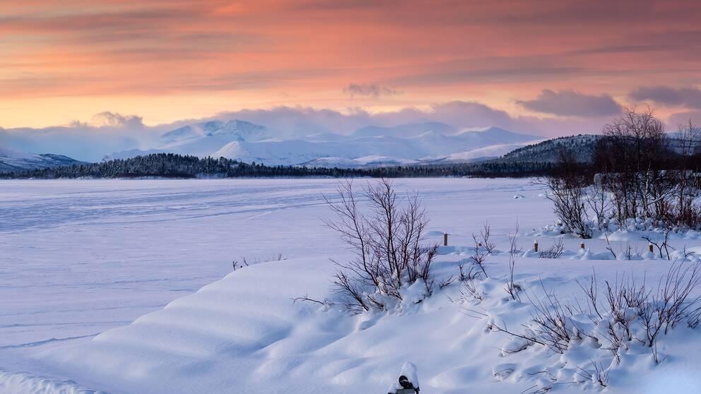 Vid 14-tiden ppå fredagen ute i Holmajärvi utanför Kiruna, Lappland, minus 1 grader och blåser igår kväll nästa minus 27.