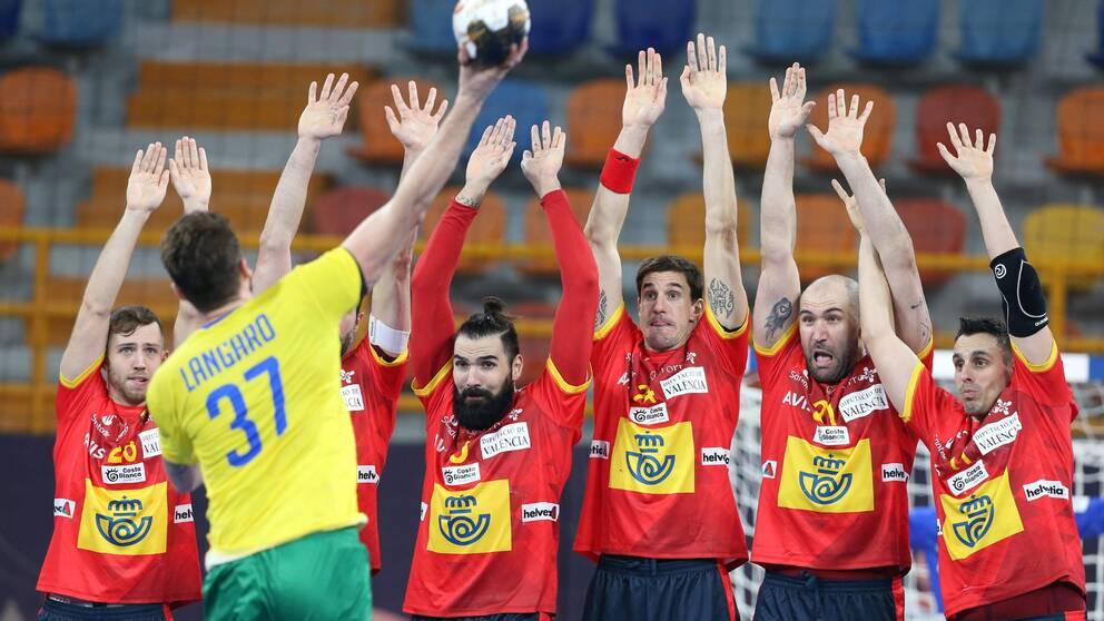 Europamästaren Spanien fick bara med sig en poäng i VM-premiären mot Brasilien.