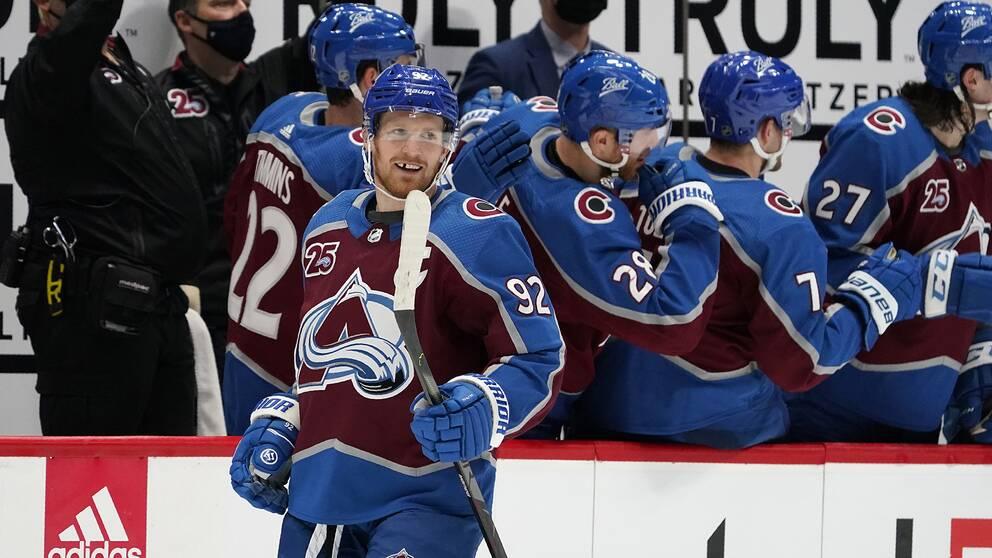 Gabriel Landeskog jublar efter nattens andra mål, hans 200:e i NHL-karriären.