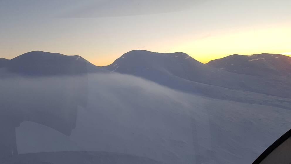 Marsfjällstopparna, Lappland, i lördagsmorse när jag flög förbi. Endast 6 grader kallt på denna höjd. Nere i dalgångarna var det minus 23.