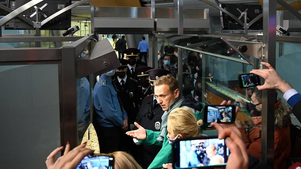 Aleksej Navalnyj med pressuppbådet på flygplatsen.