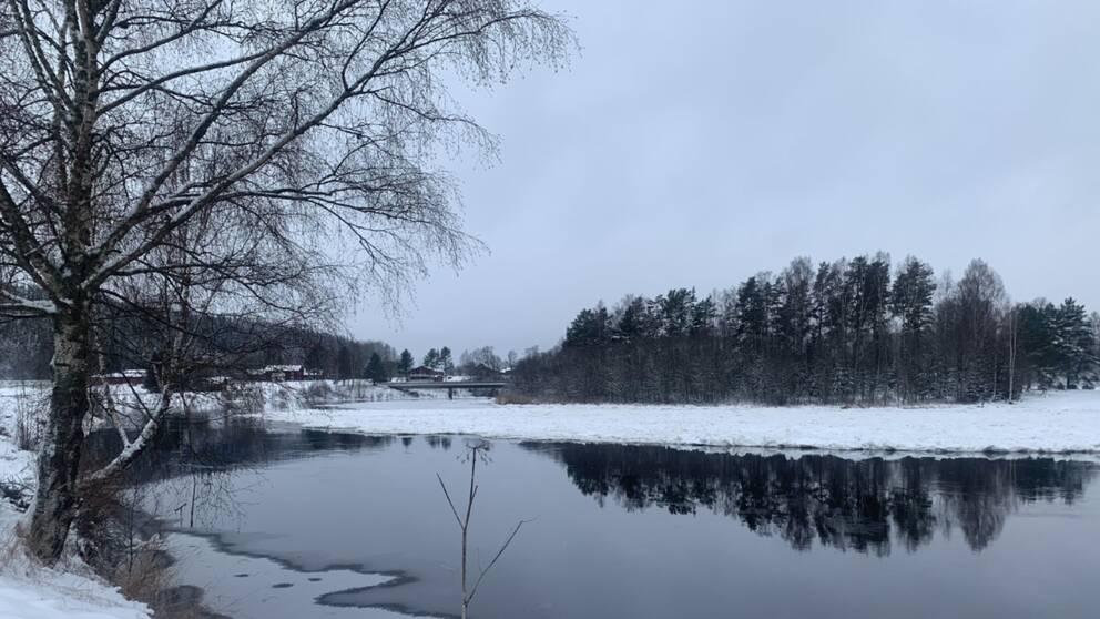 Öppet vatten vid den ispropp som uppstått i Klarälven i höjd med Edeby.