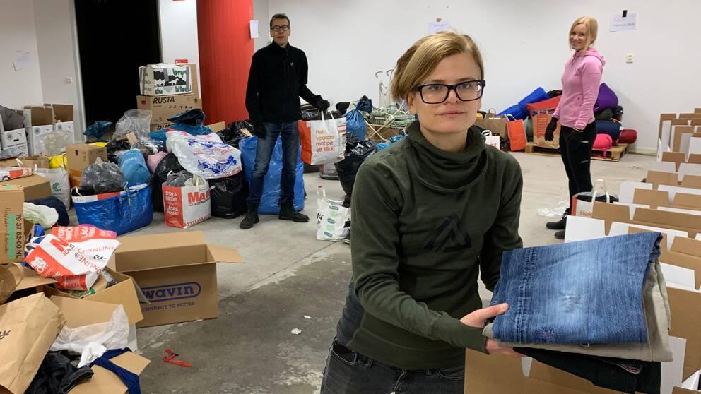 Jörgen Hallgren, Lotta Delling och Anna Hallén i lokalen där de samlar in förnödenheter till behövande flyktingar.
