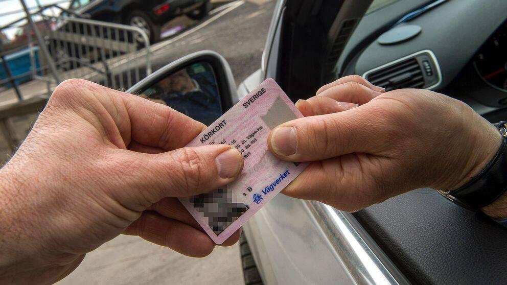 Körkort mellan två händer