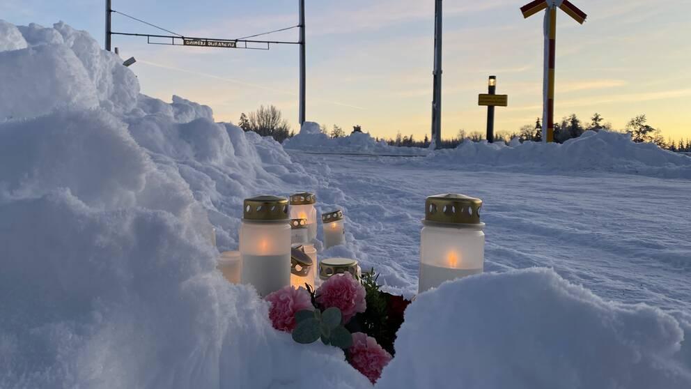 På bilden syns ljus som är tända vid järnvägsövergången där två tonårsflickor omkom.