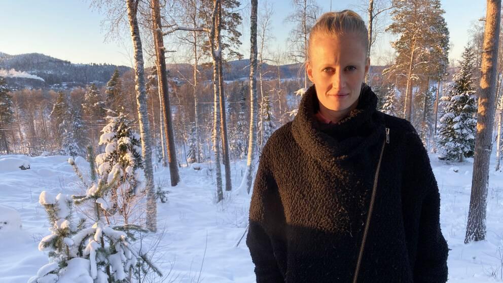 Porträttfoto på Carolina Klüft i skogsmiljö.