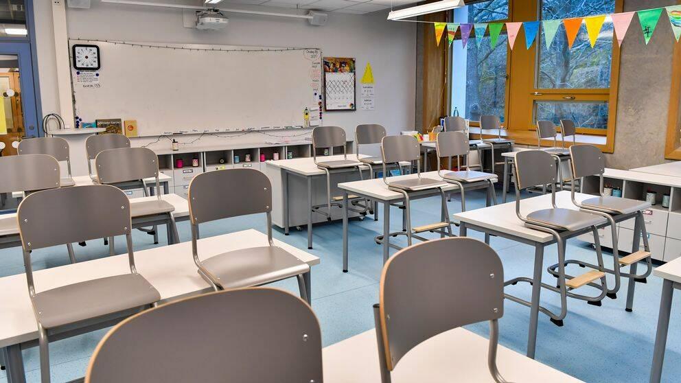 Bilden visar ett tomt klassrum i en skola i Stockholm.